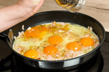 6 eggs being fried in a frying pan